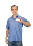 Individuo hermoso sonriente que sostiene una tarjeta de visita. Imagen de archivo