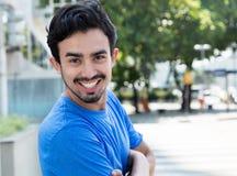 Individuo hispánico atractivo en la ciudad imagen de archivo