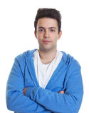 Individuo hispánico sonriente en una sudadera con capucha azul Imagen de archivo