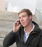 Individuo joven con el teléfono celular Foto de archivo
