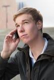 Individuo joven con el teléfono celular Fotos de archivo libres de regalías