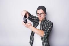 Individuo joven con las lentes que sostienen la palanca de mando Imagen de archivo