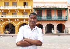 Individuo joven con los brazos cruzados en una ciudad colonial Fotos de archivo
