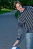 Individuo joven feliz que juega a baloncesto Imagen de archivo libre de regalías