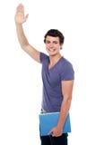 Individuo joven hermoso que pone su mano derecha Foto de archivo libre de regalías