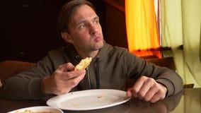 Individuo joven que come por el restaurante del este de la cocina de Khachapuri de las manos, fotos de archivo libres de regalías