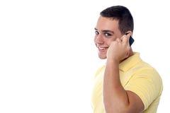 Individuo joven que comunica con el amigo Fotos de archivo