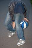 Individuo joven que juega a baloncesto Imágenes de archivo libres de regalías