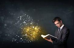 Individuo joven que lee un libro mágico Fotografía de archivo