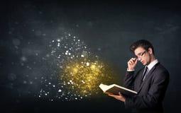 Individuo joven que lee un libro mágico Fotos de archivo libres de regalías