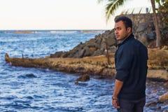 Individuo joven que mira fijamente hacia fuera el mar Imagenes de archivo