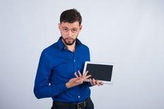 Individuo joven que muestra la tableta fotografía de archivo