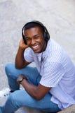 Individuo joven que ríe con los auriculares Fotos de archivo