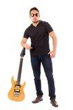 Individuo joven que sostiene la guitarra eléctrica Fotos de archivo