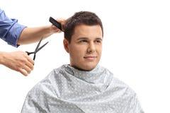 Individuo joven que tiene un corte de pelo fotografía de archivo