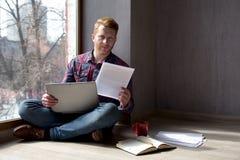 Individuo joven que trabaja en casa imágenes de archivo libres de regalías