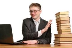 Individuo joven que trabaja en un ordenador portátil Imagen de archivo