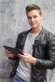 Individuo joven que usa el dispositivo de la tableta Foto de archivo
