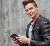 Individuo joven que usa el dispositivo de la tableta Foto de archivo libre de regalías