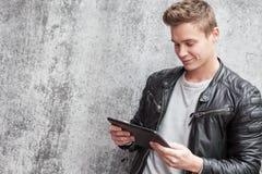 Individuo joven que usa el dispositivo de la tableta Imágenes de archivo libres de regalías