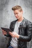 Individuo joven que usa el dispositivo de la tableta Imagen de archivo libre de regalías