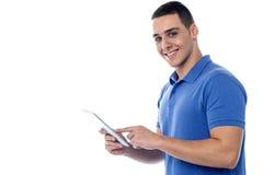 Individuo joven que usa la PC de la tableta Fotos de archivo libres de regalías