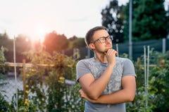 Individuo joven sorprendido en el parque en la puesta del sol Imagen de archivo