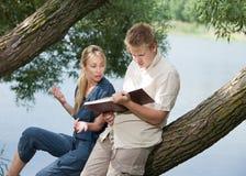 Individuo joven y la muchacha cerca del lago Fotos de archivo