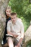 Individuo joven y la muchacha con los libros de texto Fotografía de archivo