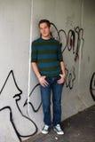 Individuo lindo contra la pared Imagen de archivo