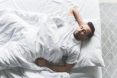 Individuo lindo que dormita en lecho cómodo Fotos de archivo libres de regalías