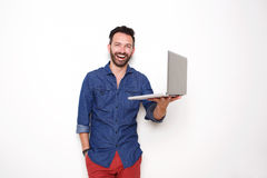 Individuo maduro sonriente que sostiene el ordenador portátil fotos de archivo