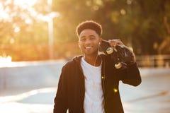 Individuo masculino joven feliz del adolescente con los auriculares Imagen de archivo