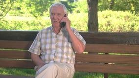 Individuo mayor en el teléfono metrajes