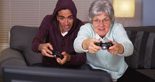 Individuo mexicano que juega a los videojuegos con la abuela Fotos de archivo libres de regalías