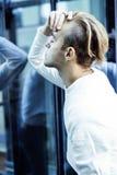Individuo moderno joven del inconformista en el peinado rubio de la moda de la nueva universidad del edificio que se divierte, co Imagenes de archivo