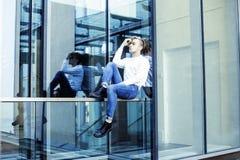 Individuo moderno joven del inconformista en el peinado rubio de la moda de la nueva universidad del edificio que se divierte, co Fotos de archivo