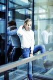 Individuo moderno joven del inconformista en el peinado rubio de la moda de la nueva universidad del edificio que se divierte, co Fotos de archivo libres de regalías