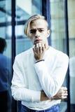 Individuo moderno joven del inconformista en el peinado rubio de la moda de la nueva universidad del edificio que se divierte, co Foto de archivo