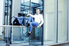 Individuo moderno joven del inconformista en el peinado rubio de la moda de la nueva universidad del edificio que se divierte, co Imagen de archivo