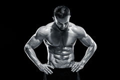 Individuo muscular del culturista que hace la presentación Imagen de archivo