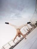 Individuo muscular que hace ejercicios duros Imágenes de archivo libres de regalías
