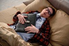 Individuo pacífico que tiene siesta en casa Foto de archivo libre de regalías