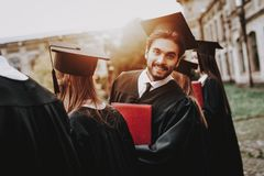 individuo Patio capa universidad classmates foto de archivo libre de regalías