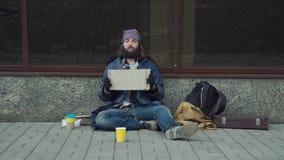 Individuo pobre con cartulina almacen de metraje de vídeo