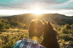 Individuo que abraza su perro cariñosamente imagen de archivo
