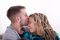 Individuo que besa a la muchacha en frente Foto de archivo