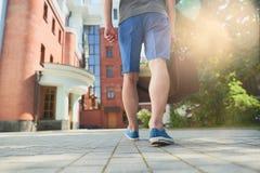 Individuo que camina abajo de la calle imagen de archivo libre de regalías