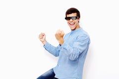 Individuo que celebra triunfo en vidrios de 3D TV Imagen de archivo
