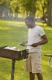 Individuo que cocina el Bbq Fotos de archivo libres de regalías